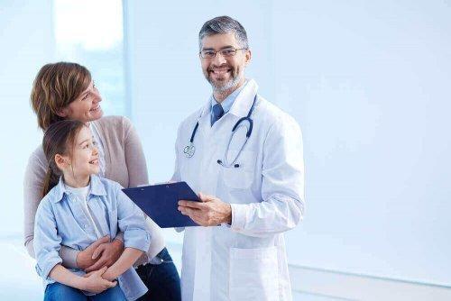 Μητέρα με την κόρη της στον γιατρό