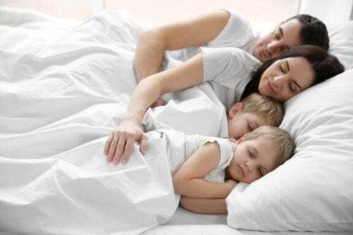 Παιδιά που κοιμούνται στο ίδιο κρεβάτι με τους γονείς τους