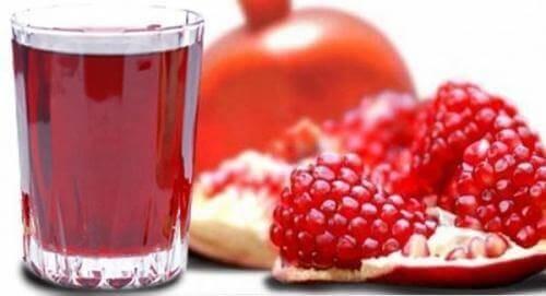 Ρόδι και χυμός ροδιού σε ποτήρι