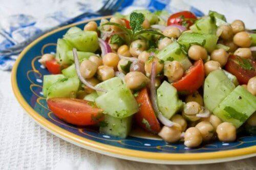 Σαλάτα με ρεβίθια: μάθετε 4 πεντανόστιμες συνταγές