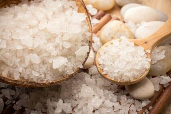 Θαλασσινό αλάτι σε μπολ και σε κουτάλι