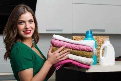 Πώς να φτιάξετε σπιτικό μαλακτικό για τις πετσέτες σας