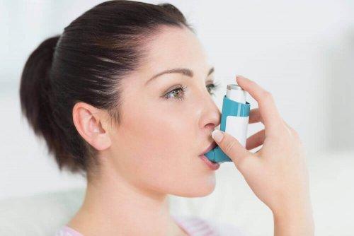 Γυναίκα χρησιμοποιεί συσκευή εισπνοής