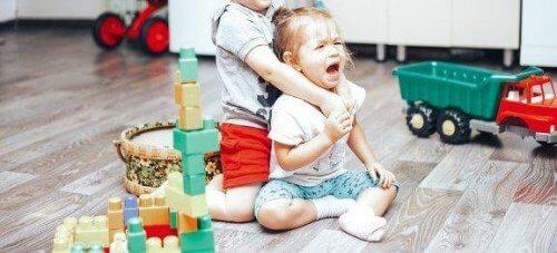 Καβγάδες ανάμεσα στα παιδιά: πώς να τους ελέγξετε