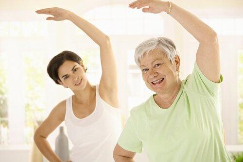 Ηλικιωμένη γυναίκα και νεαρή γυναίκα γυμνάζονται