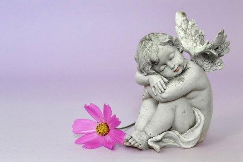 Άγαλμα αγγέλου με τη μορφή παιδιού
