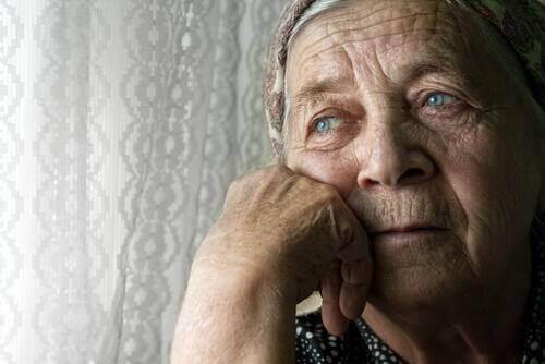 Λυπημένη ηλικιωμένη γυναίκα