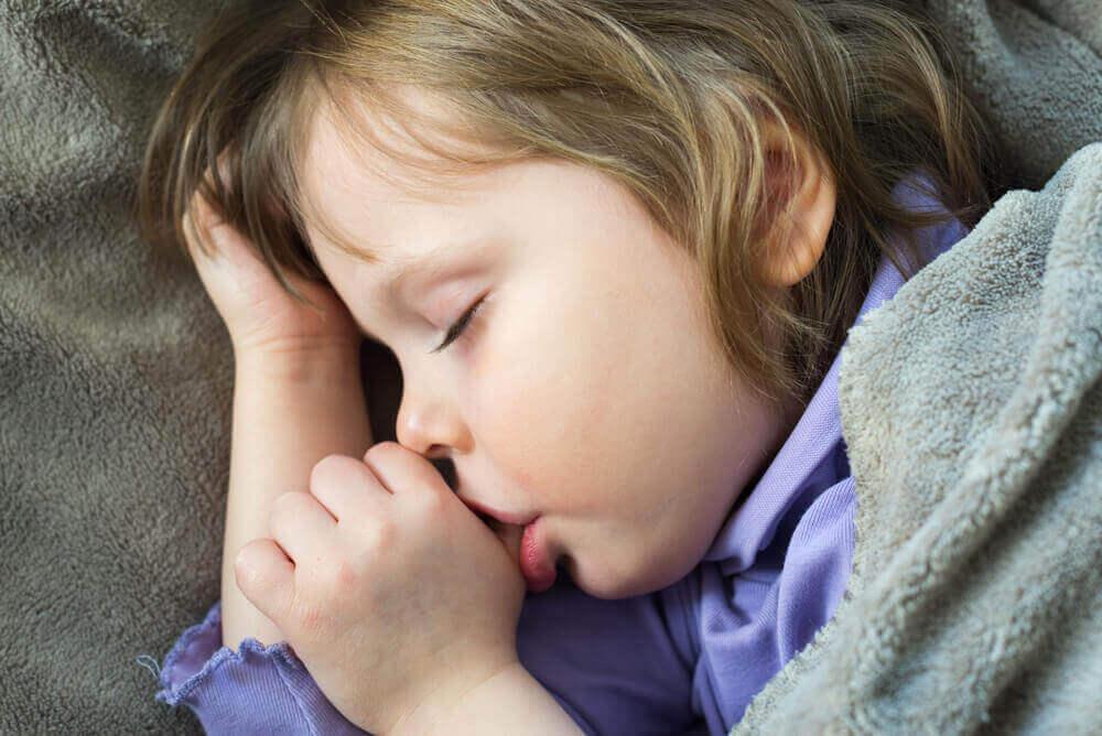 4 κόλπα ώστε τα παιδιά να μην πιπιλάνε τον αντίχειρά τους