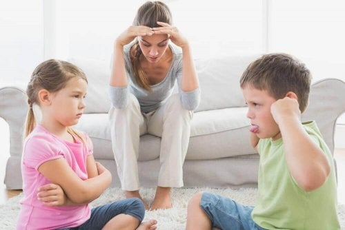 Μητέρα απελπισμένη μπροστά σε παιδιά που μαλώνουν