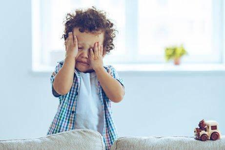 Αναστατωμένο παιδί κλαίει
