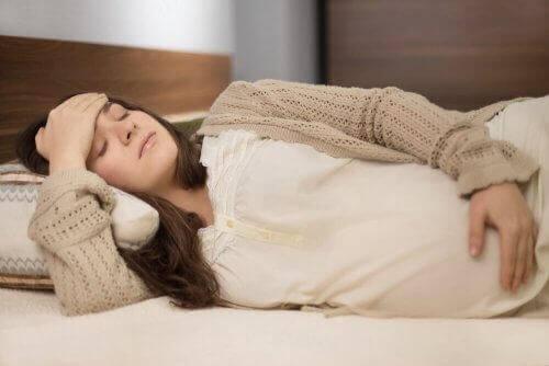 Έγκυος γυναίκα ξαπλωμένη