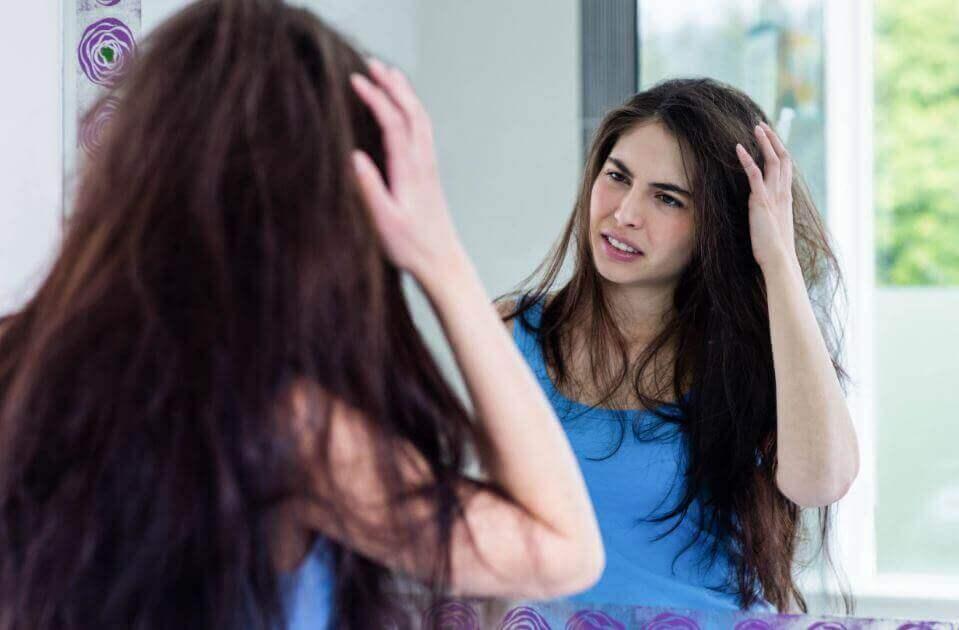 Φυσικές λύσεις για να αποφύγετε το φριζάρισμα των μαλλιών