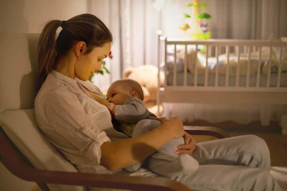 πρέπει να ξυπνάτε το μωρό σας για να το ταΐσετε;