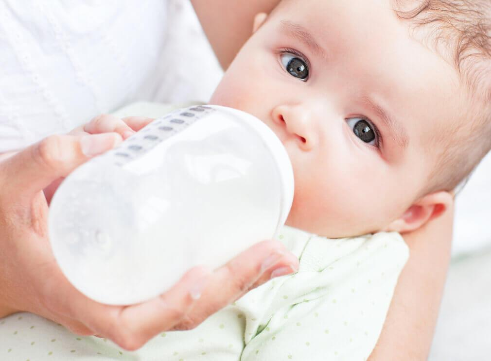 μωρό που πίνει γάλα