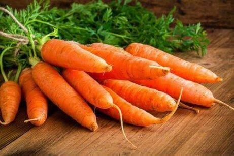 Καρότα σε ξύλινο πάγκο