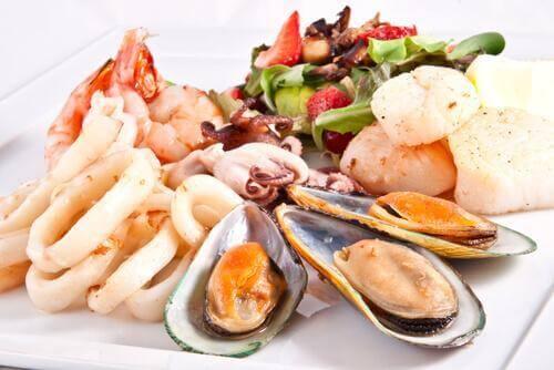 Διάφορα θαλασσινά με λαχανικά