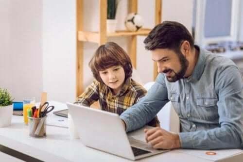 Πατέρας μελετά με τον γιο του