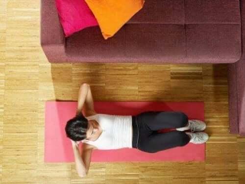 Πέντε εύκολοι τρόποι για να γυμνάσετε τους κοιλιακούς σας