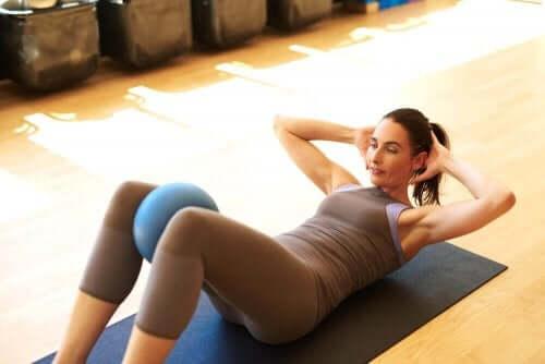 Γυναίκα κάνει ασκήσεις κοιλιακών