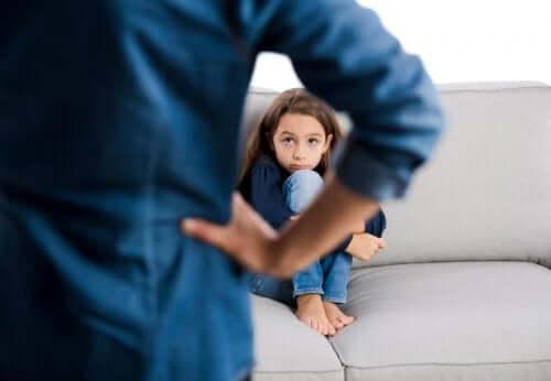 Κοριτσάκι φοβισμένο μπροστά στον πατέρα του