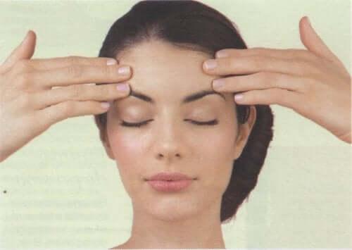 Γυναίκα κάνει μασάζ στο κεφάλι της