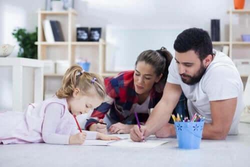 Γονείς ζωγραφίζουν με το παιδί τους
