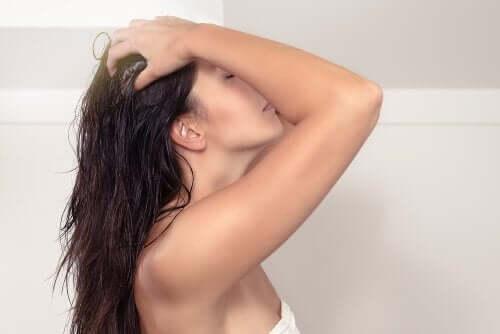 Γυναίκα εφαρμόζει μάσκα στα μαλλιά