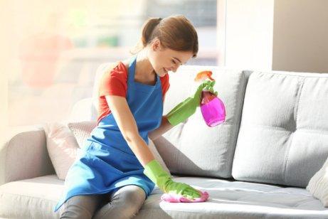 5 τρόποι για να αφαιρέσετε τη σκόνη από τα έπιπλα