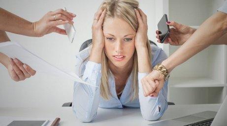 Γυναίκα αγχωμένη στη δουλειά