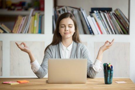 Διαχειριστείτε σωστά το άγχος, γυναίκα διαλογίζεται
