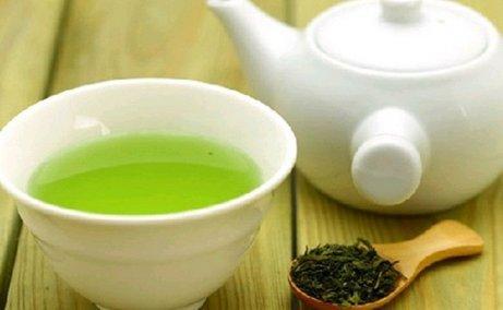 Πράσινο τσάι σε φλιτζάνι και τσαγιέρα