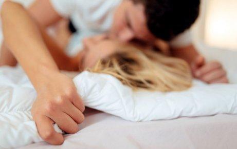 Ζευγάρι φιλιέται στο κρεβάτι