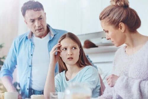 Πώς να καταλάβετε αν λέει ψέματα το έφηβο παιδί σας
