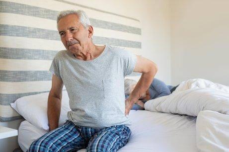 Ηλικιωμένος με πόνο στις αρθρώσεις
