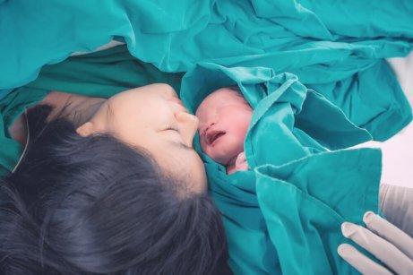 Γυναίκα βλέπει το νεογέννητο μωρό της
