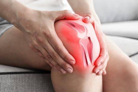 Γυναίκα κρατά το γόνατό της
