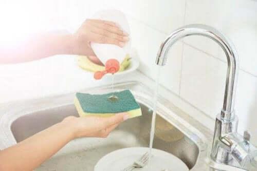 5 κόλπα για να απολυμαίνετε τα σφουγγάρια της κουζίνας