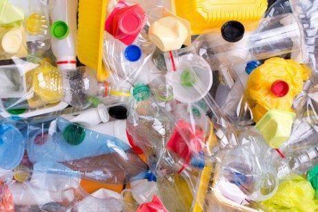 Πλαστικά μπουκάλια πεταμένα
