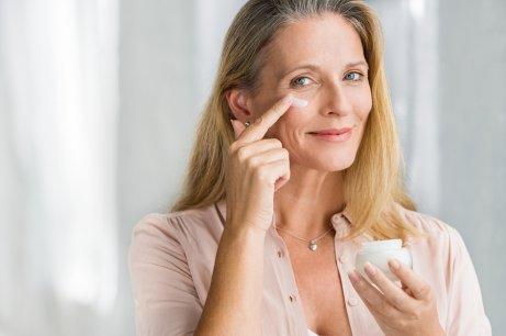 Γυναίκα χρησιμοποιεί κρέμα προσώπου