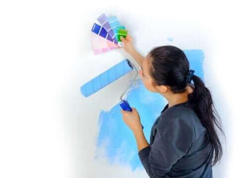 Γυναίκα βάφει τοίχο