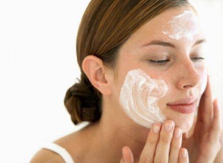 Γυναίκα καθαρίζει το πρόσωπό της με σαπούνι