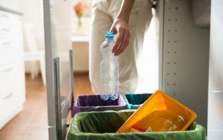 Άτομο πετά πλαστικό μπουκάλι