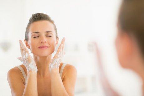 Γυναίκα καθαρίζει το πρόσωπό της