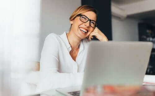 Γυναίκα εργάζεται χαρούμενη
