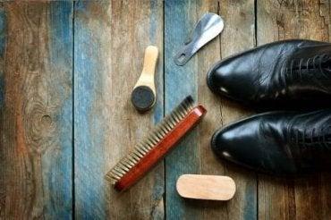 5 κόλπα για να καθαρίσετε τα δερμάτινα παπούτσια