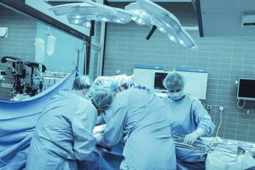 Γιατροί χειρουργούν
