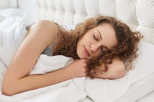 Γυναίκα κοιμάται στην αριστερή πλευρά