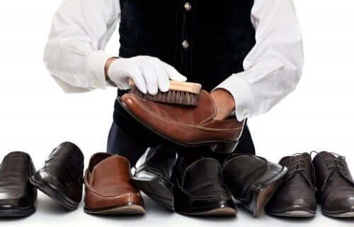 Επαγγελματίας καθαρίζει παπούτσια