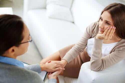 Γυναίκα μιλά με ειδικό
