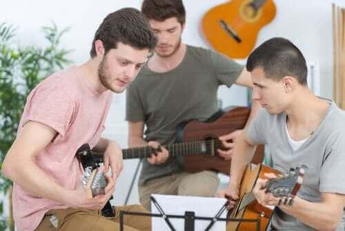 Προέφηβοι παίζουν μουσική